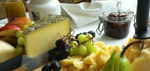 בבקשה תחתכו אותי בנימוס : על גבינות, יין ונימוסין